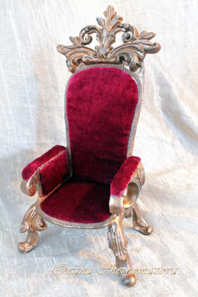 Трон из стула и картона